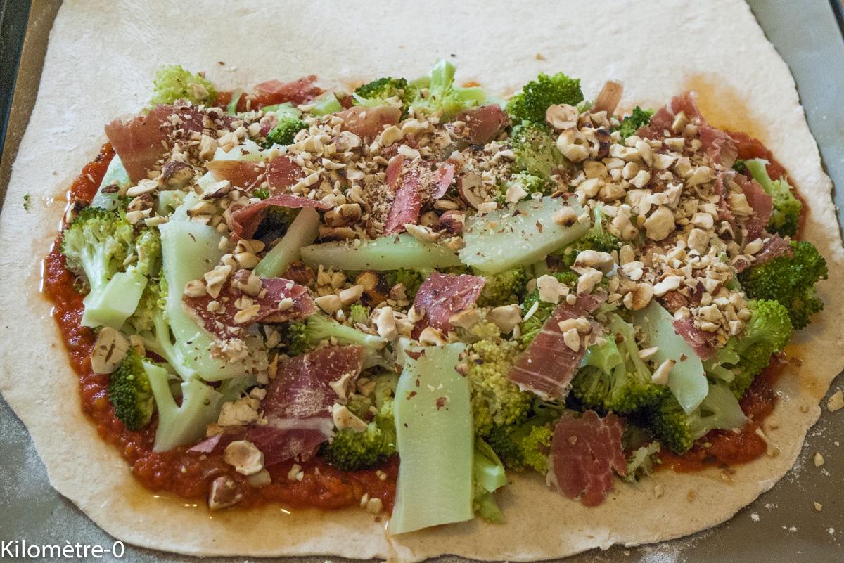 image de recette de pizza, cuisine italienne, Calzone aux brocolis, noisettes et jambon, légumes de Kilomètre-0