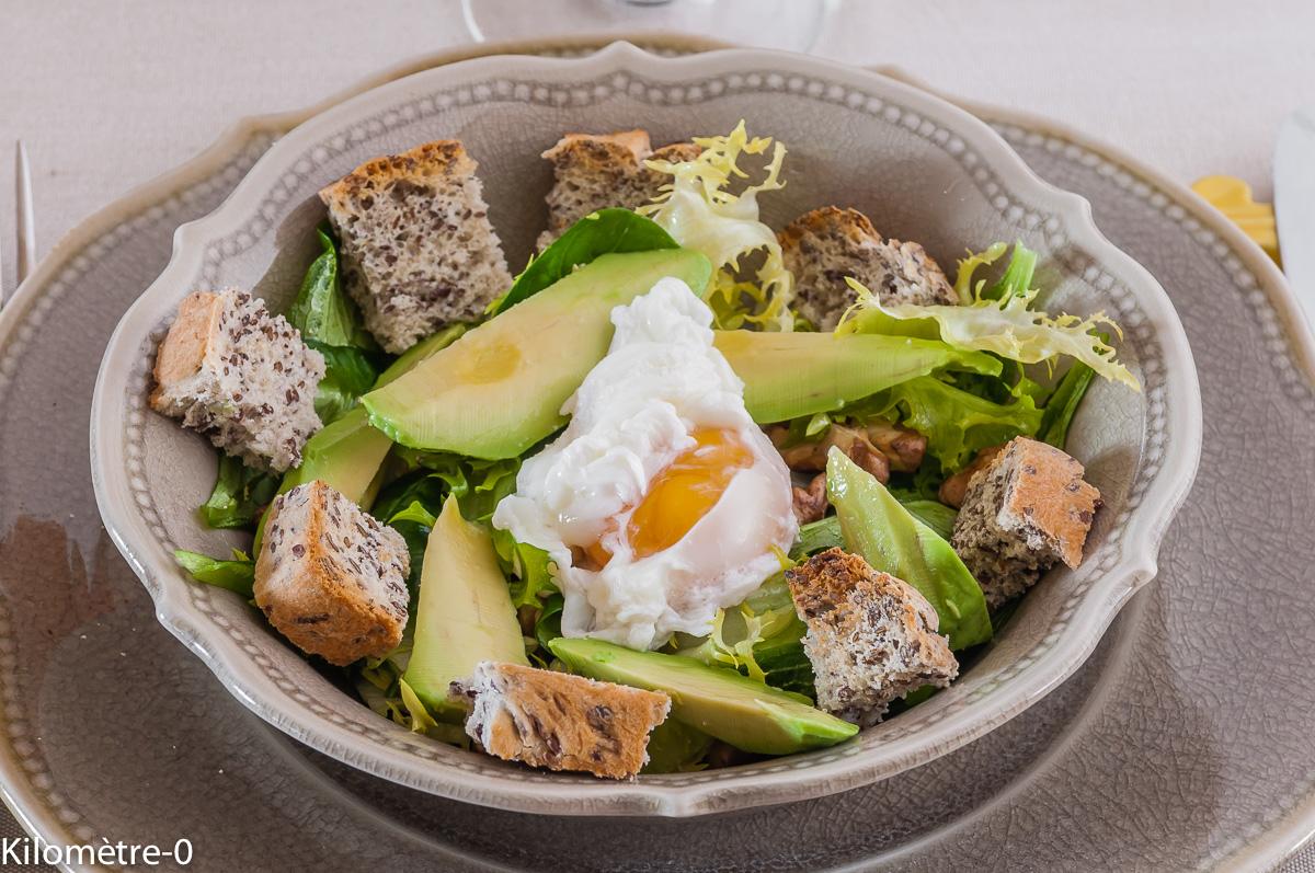 Photo de recette facile, rapide, légère, bio de salade avocat oeuf poché noix de Kilomètre-0, blog de cuisine réalisée à partir de produits locaux et issus de circuits courts