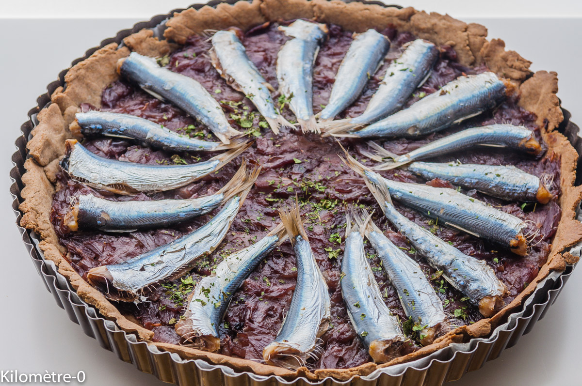 Photo de recette facile, rapide, légère, bio  de tarte sarrasin aux sardines et oignons confits de Kilomètre-0, blog de cuisine réalisée à partir de produits locaux et issus de circuits courts