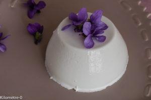 Photo de recette italienne facile, rapide,  de panna cotta aux violettes de Kilomètre-0, blog de cuisine réalisée à partir de produits locaux et issus de circuits courts