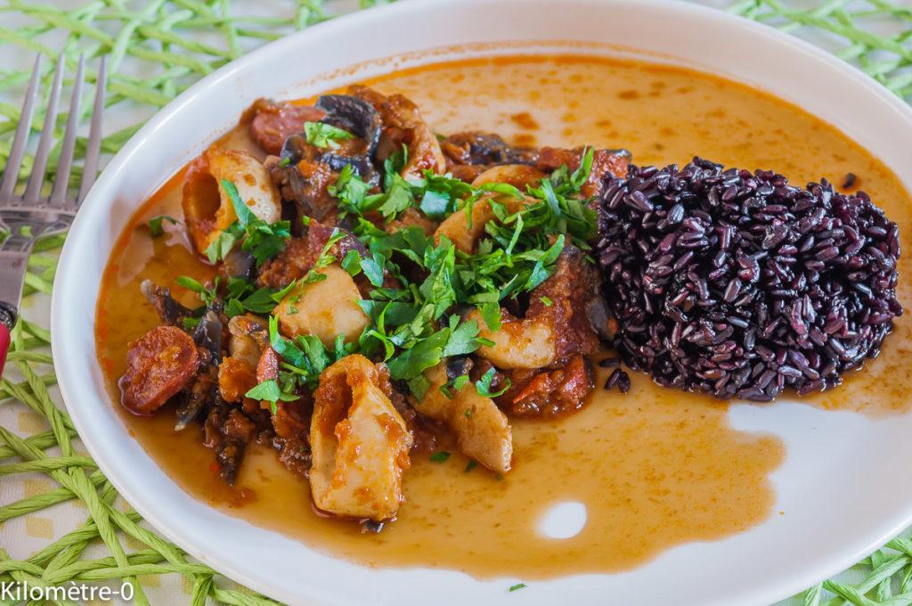 Photo de recette  facile, rapide, légère de calamars aux tomates et riz noir de Kilomètre-0, blog de cuisine réalisée à partir de produits locaux et issus de circuits courts
