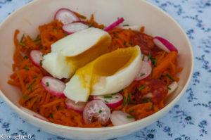 Photo de recette  facile, rapide, légère de salade carottes rapées, chorizo, oeuf mollet et radis de Kilomètre-0, blog de cuisine réalisée à partir de produits locaux et issus de circuits courts