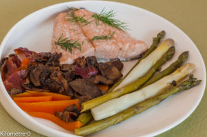 Photo de recette de pavé de saumon aux légumes de printemps de Kilomètre-0, blog de cuisine réalisée à partir de produits locaux et issus de circuits courts
