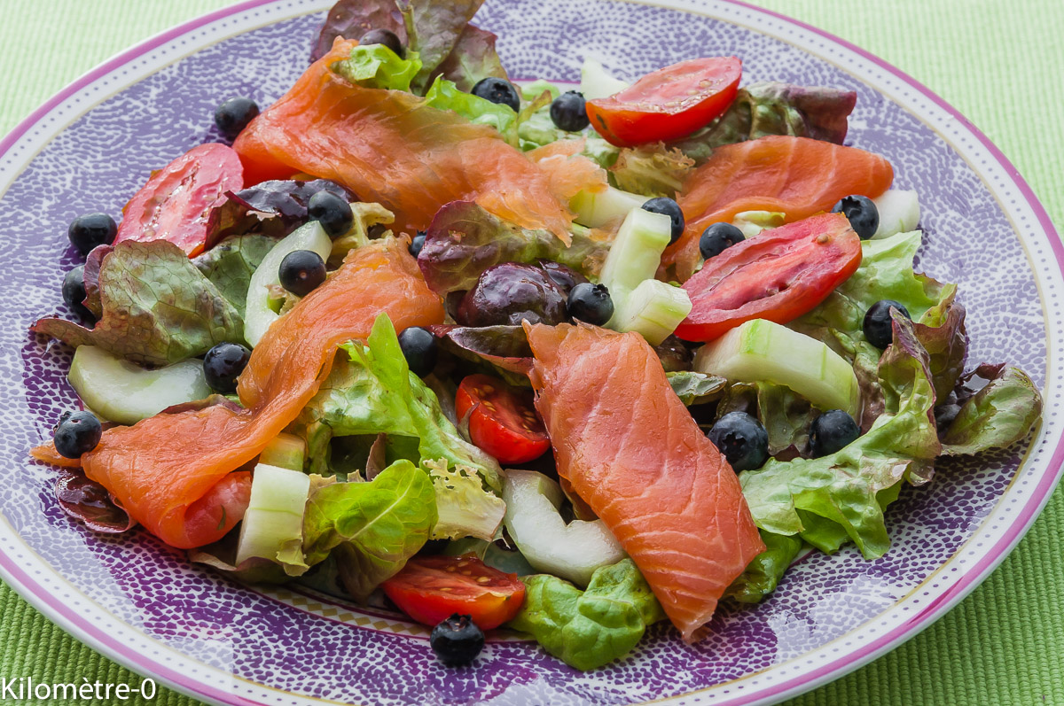 Photo de recette de salade truite, myrtilles, concombre, tomates Kilomètre-0, blog de cuisine réalisée à partir de produits locaux et issus de circuits courts