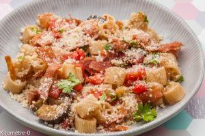 Photo de recette de salade de pâtes italienne, aubergines, parmesan, tomate, facile, rapide, léger de Kilomètre-0, blog de cuisine réalisée à partir de produits locaux et issus de circuits courts