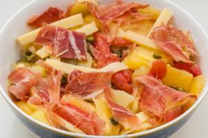 Photo de recette de salade pomme de terre, tomates anciennes, jambon, cornichon, comté, facile, rapide, économique de Kilomètre-0, blog de cuisine réalisée à partir de produits locaux et issus de circuits courts