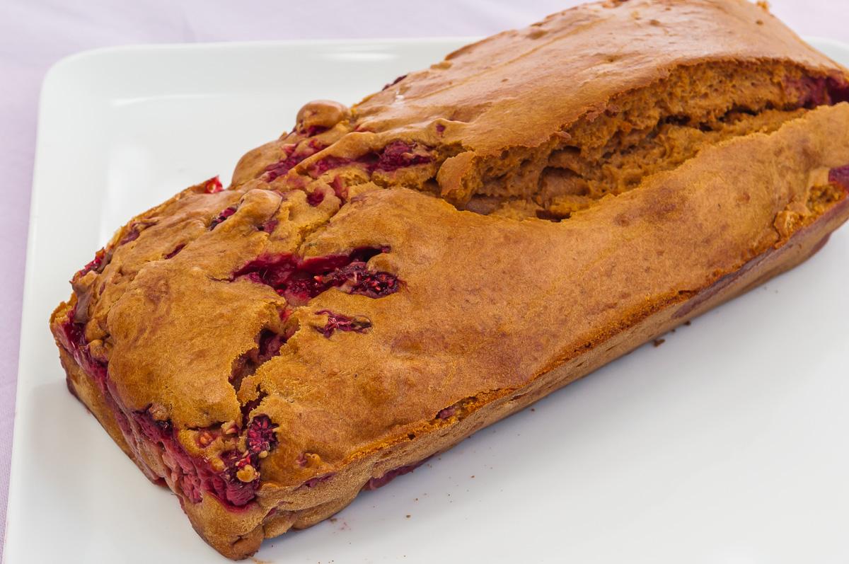Photo de recette de gâteau caramel framboises facile rapide léger de Kilomètre-0, blog de cuisine réalisée à partir de produits locaux et issus de circuits courts