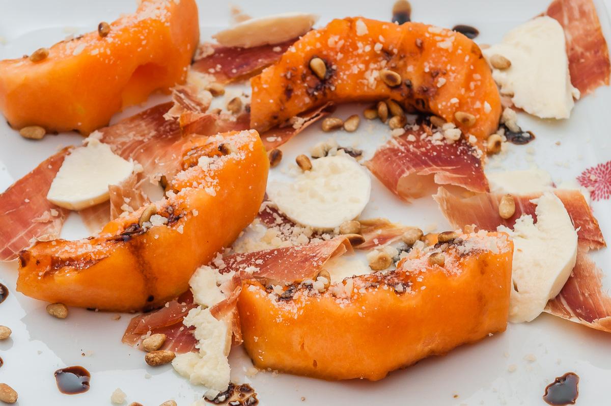 Photo de recette de melon grillé mozza, jambon et pignons de pin de  Kilomètre-0, blog de cuisine réalisée à partir de produits locaux et issus de circuits courts