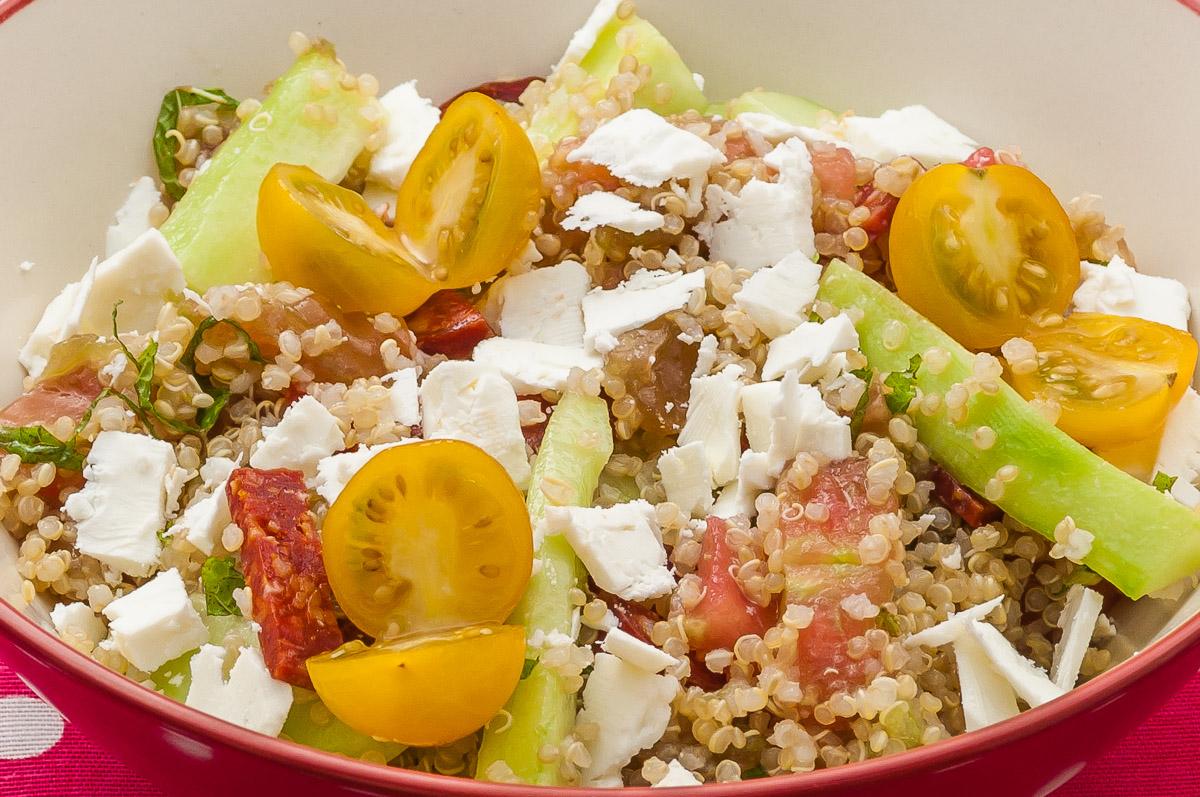 Photo de recette de salade,  taboulé quinoa, fêta, tomates, concombre, facile, rapide, légère deKilomètre-0, blog de cuisine réalisée à partir de produits locaux et issus de circuits courts