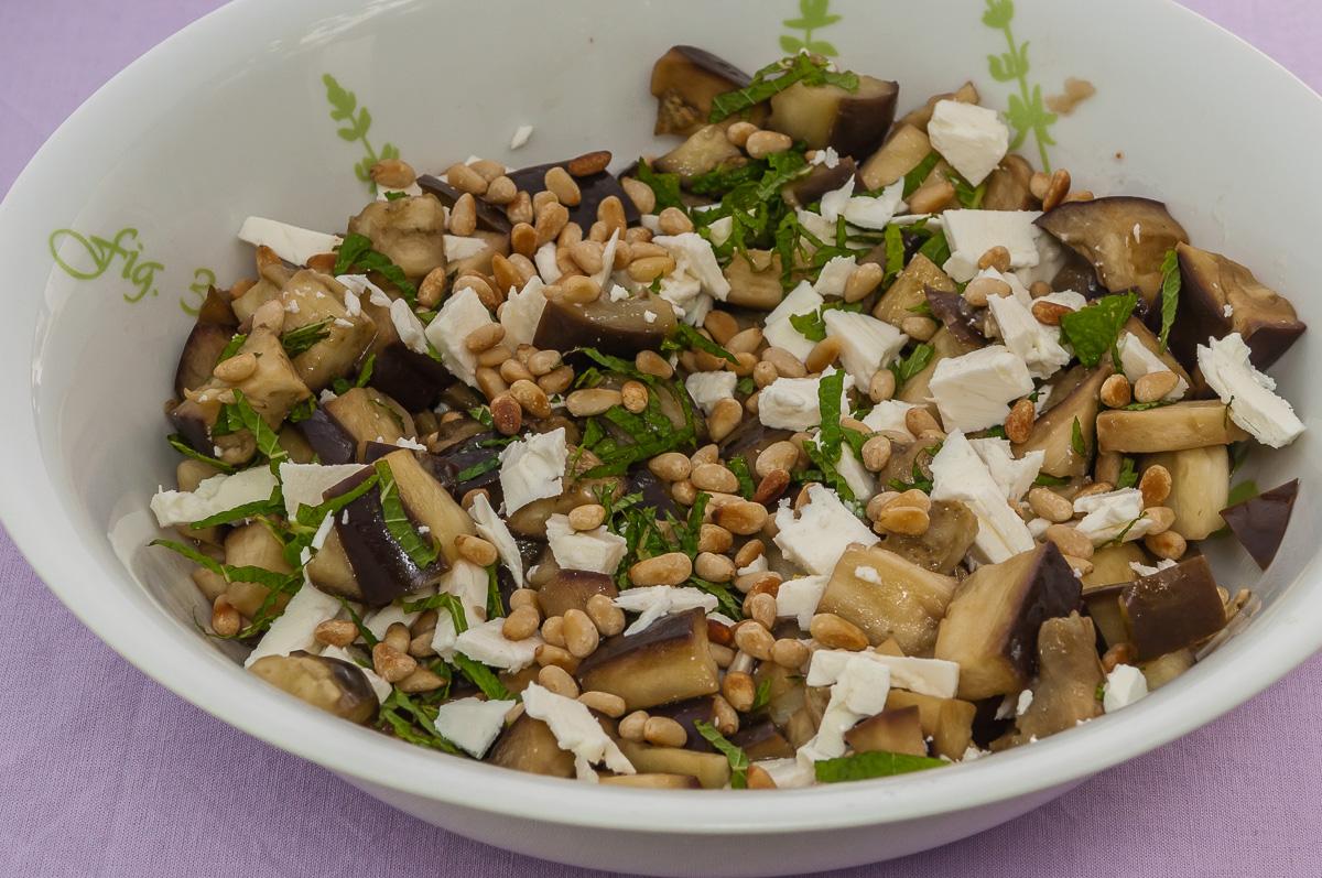 Photo de recette de salade facile, aubergines, fêta, pignons de pin, rapide, léger, estival deKilomètre-0, blog de cuisine réalisée à partir de produits locaux et issus de circuits courts