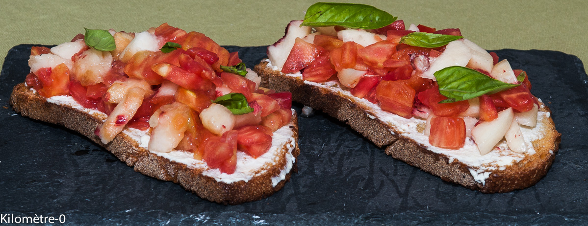 Photo de recette de bruschetta facile, rapide, légère, bio de tomates pêche de Kilomètre-0, blog de cuisine réalisée à partir de produits locaux et issus de circuits courts