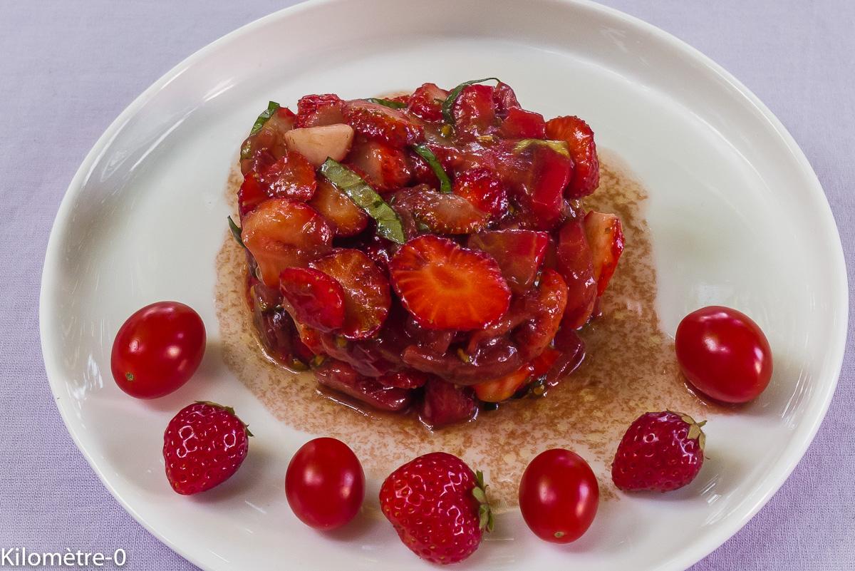 Photo de recette de salade tomates fraises balsamique basilic rapide léger bio frais été facile deKilomètre-0, blog de cuisine réalisée à partir de produits locaux et issus de circuits courts