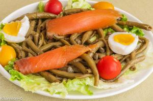 Photo de recette de salade facile, rapide, légère de haricots verts, saumon fumé, oeuf, câpres, tomates cerises deKilomètre-0, blog de cuisine réalisée à partir de produits locaux et issus de circuits courts