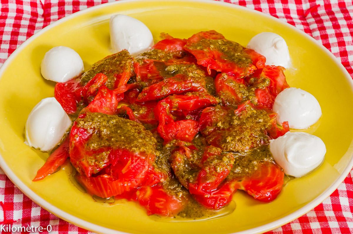 Photo de recette de salade composée  tomates pesto mozzarella, facile, rapide, léger été de Kilomètre-0, blog de cuisine réalisée à partir de produits locaux et issus de circuits courts