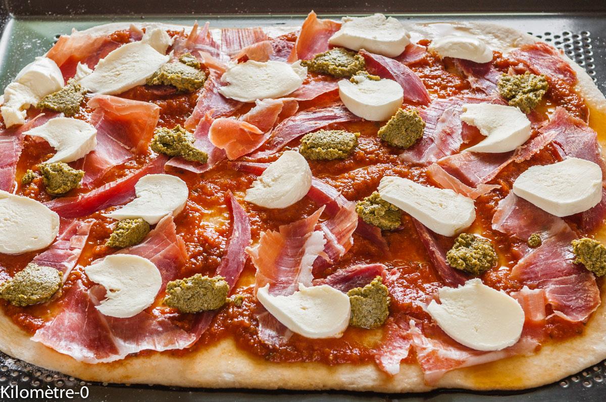 Photo de recette de pizza jambon sec, pesto, mozza facile rapide, légère, bio de Kilomètre-0, blog de cuisine réalisée à partir de produits locaux et issus de circuits courts