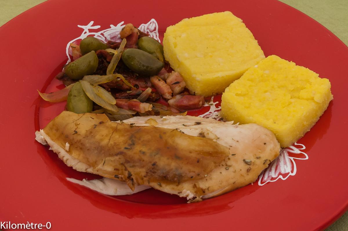 Photo de recette de poulet roti, polenta, poêlée tomates confites, olives, lardons, facile, bio, légerKilomètre-0, blog de cuisine réalisée à partir de produits locaux et issus de circuits courts