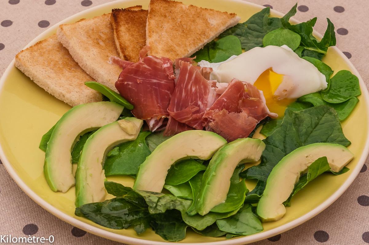Photo de recette de salade d'oeuf poché, avocat, jeunes pousses, facile rapide, léger de  Kilomètre-0, blog de cuisine réalisée à partir de produits locaux et issus de circuits courts