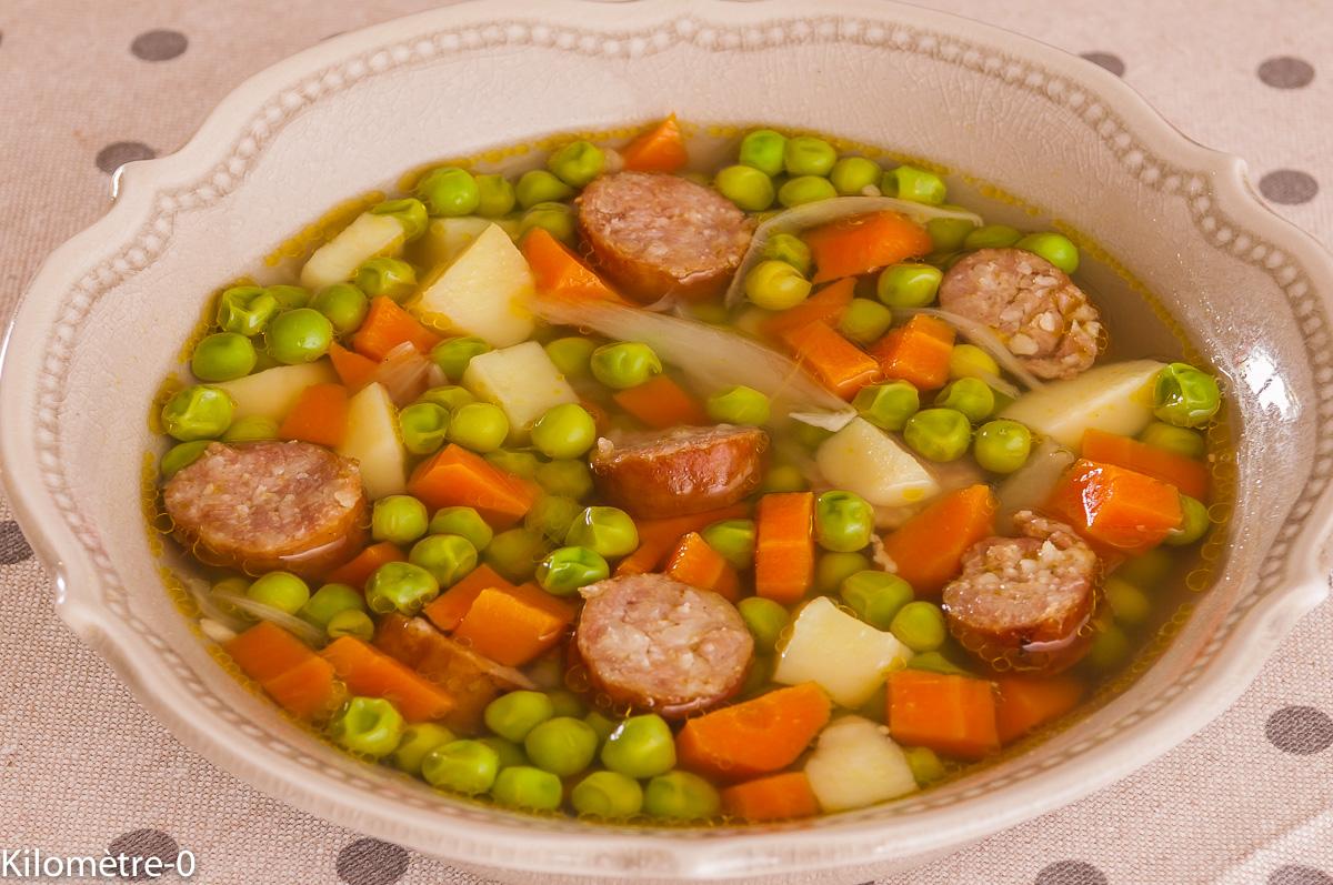 Photo de recette de soupe facile, petits pois, saucisse, carottes, pommes de terre, économique, simple, légère de Kilomètre-0, blog de cuisine réalisée à partir de produits locaux et issus de circuits courts