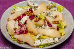 Photo de recette de salade végétarienne, healthy, composée, poire, roquefort, noix, trévisse, scarole, facile, rapide, léger, bio de Kilomètre-0, blog de cuisine réalisée à partir de produits locaux et issus de circuits courts