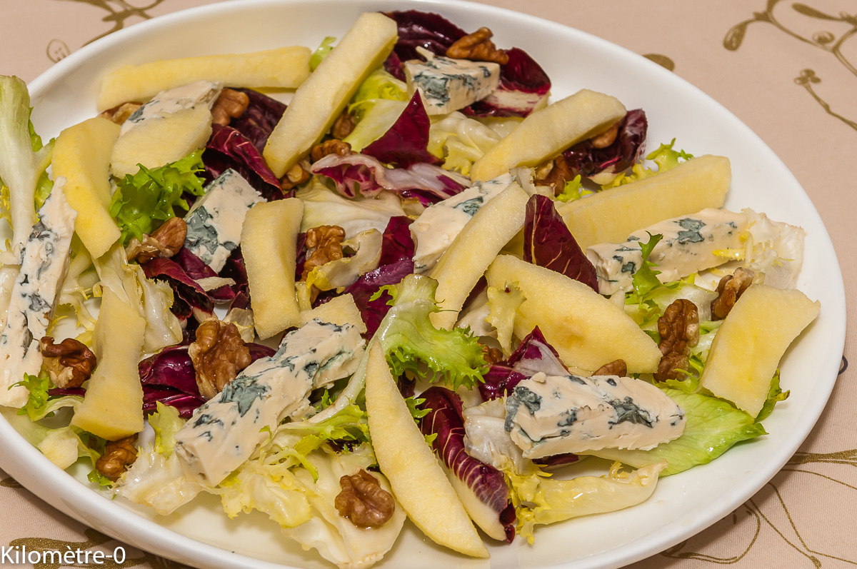 Photo de recette de salade, bio, pomme, bleu, fourme d'ambert, noix, léger, rapide, fait maison,  Kilomètre-0, blog de cuisine réalisée à partir de produits locaux et issus de circuits courts