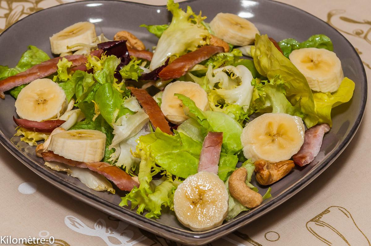 Photo de recette de salade composée, salade, banane, bacon, noix de cajou, facile, bio, rapide, léger, salade facile, salade maison, Kilomètre-0, blog de cuisine réalisée à partir de produits locaux et issus de circuits courts