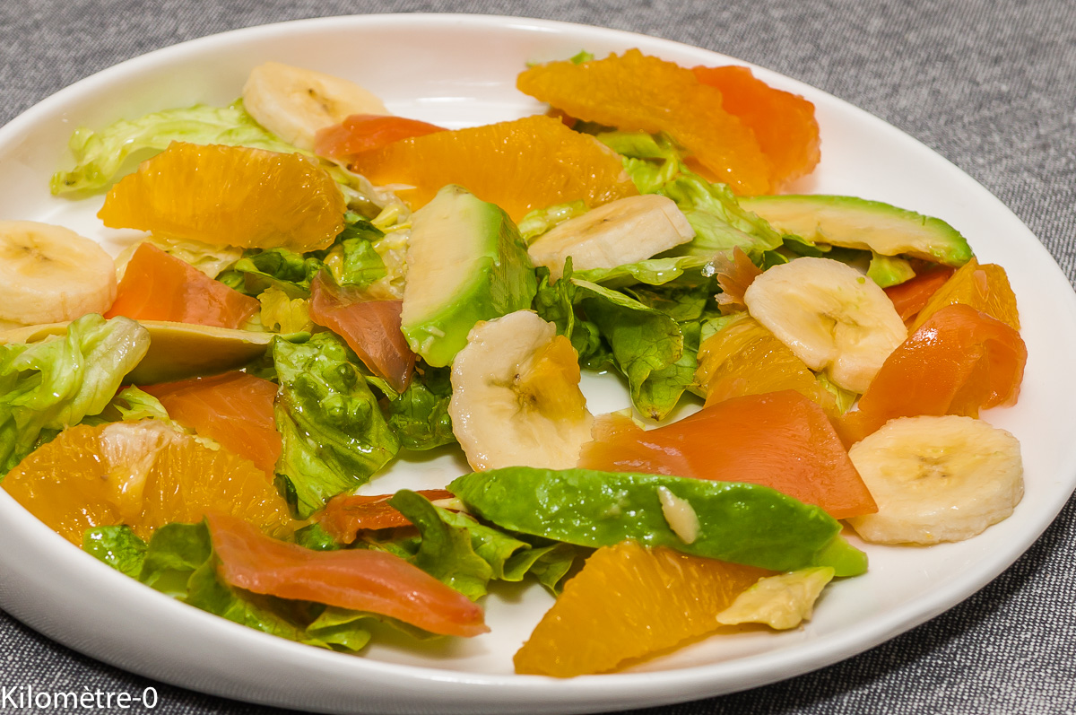 Photo de recette de salade légère, facile, rapide, banane, saumon fumé, avocat, orange, bio de Kilomètre-0, blog de cuisine réalisée à partir de produits locaux et issus de circuits courts