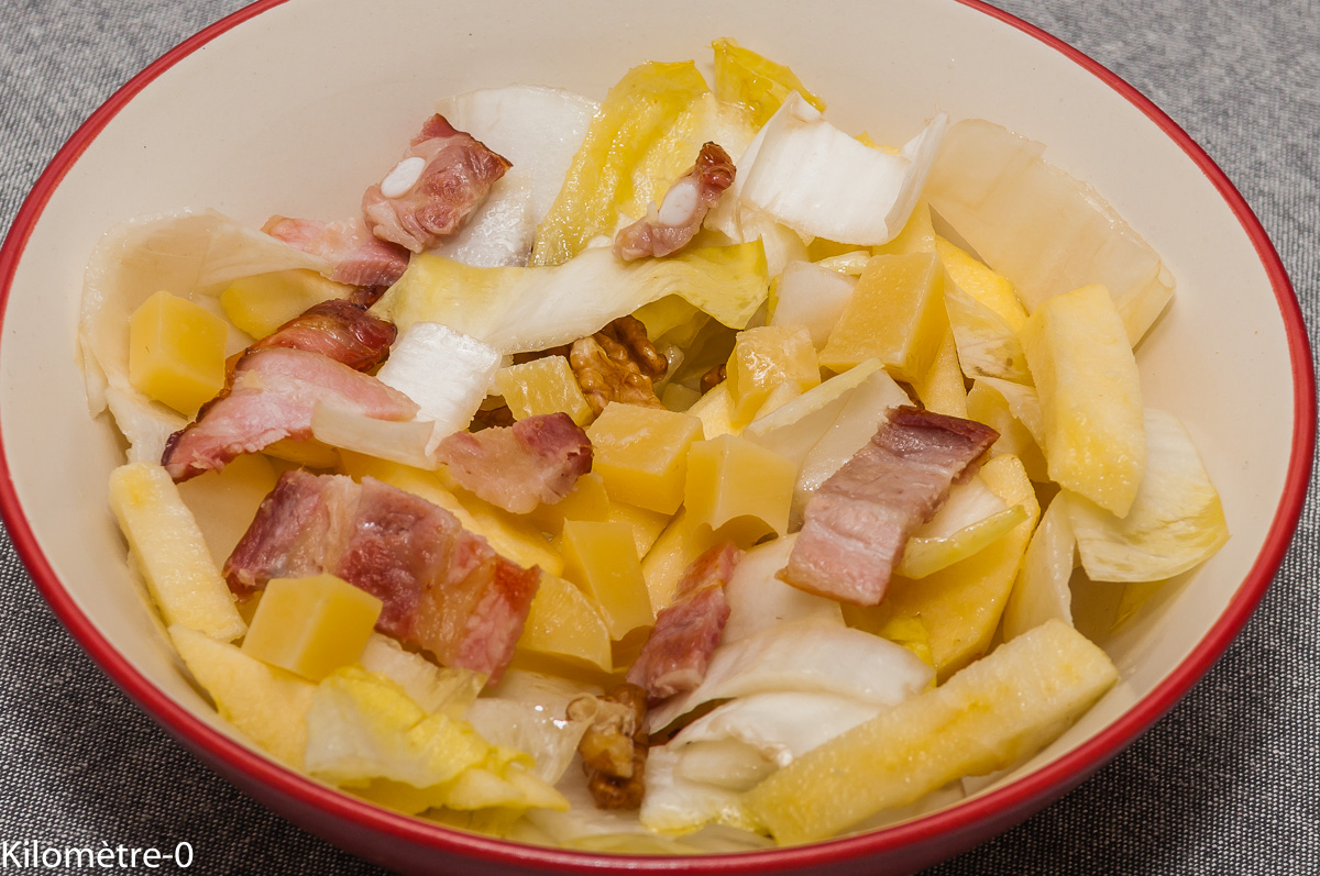 Photo de recette de salade, endives, noix, pomme, emmental, lardons, facile, rapide, léger, Kilomètre-0, blog de cuisine réalisée à partir de produits locaux et issus de circuits courts