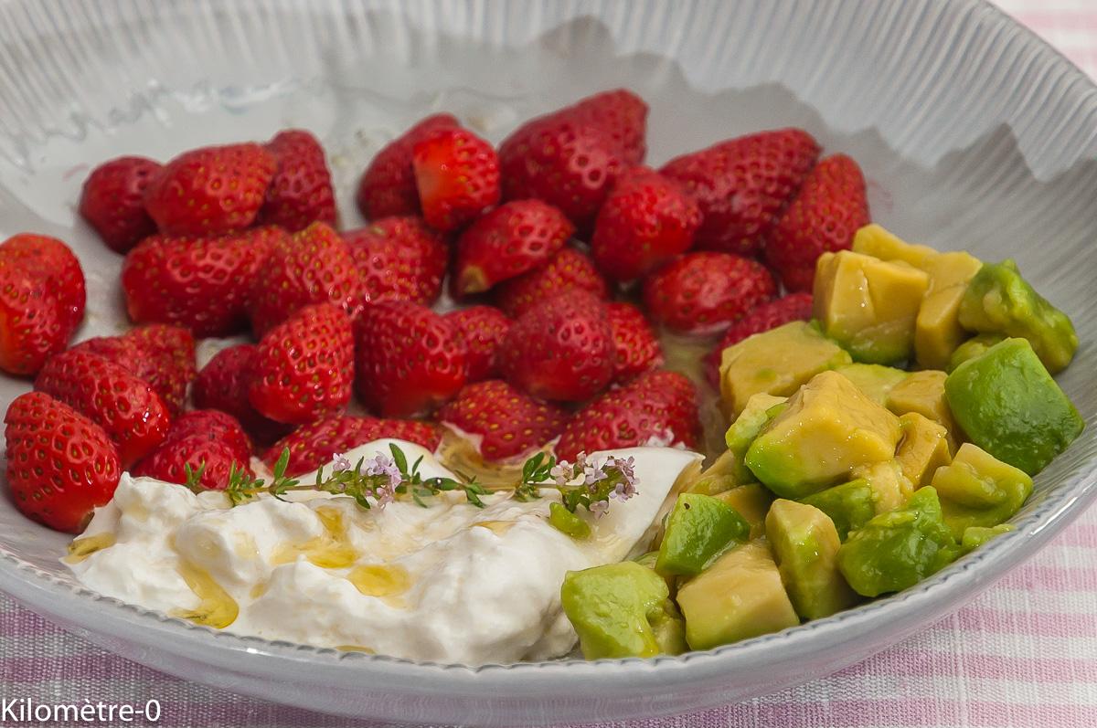 Photo de recette de salade légère, fraise, avocat, burrata de Kilomètre-0, blog de cuisine réalisée à partir de produits locaux et issus de circuits courts