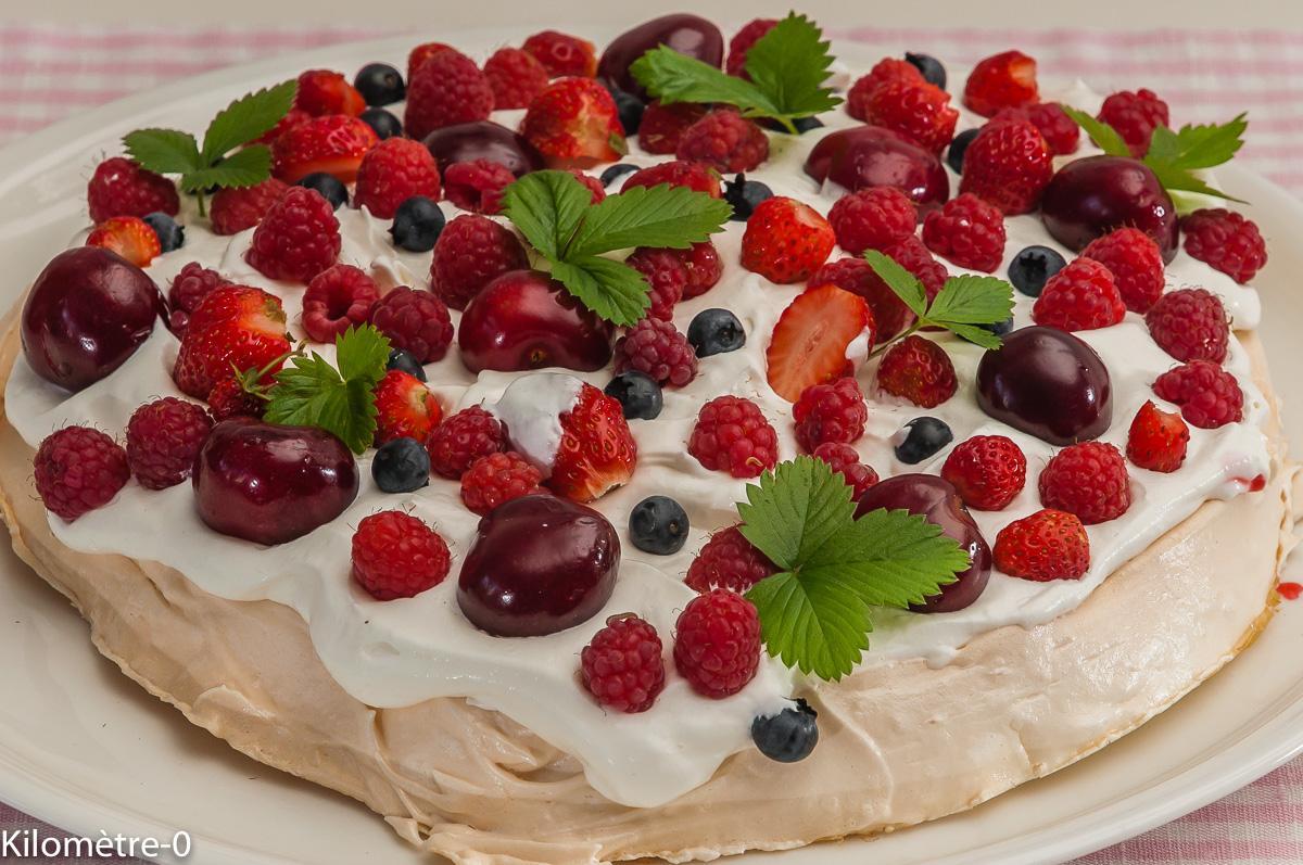 Photo de recette de pavlova, fruit rouge, cerise, fraise, myrtille, groseille, rapide  Kilomètre-0, blog de cuisine réalisée à partir de produits locaux et issus de circuits courts