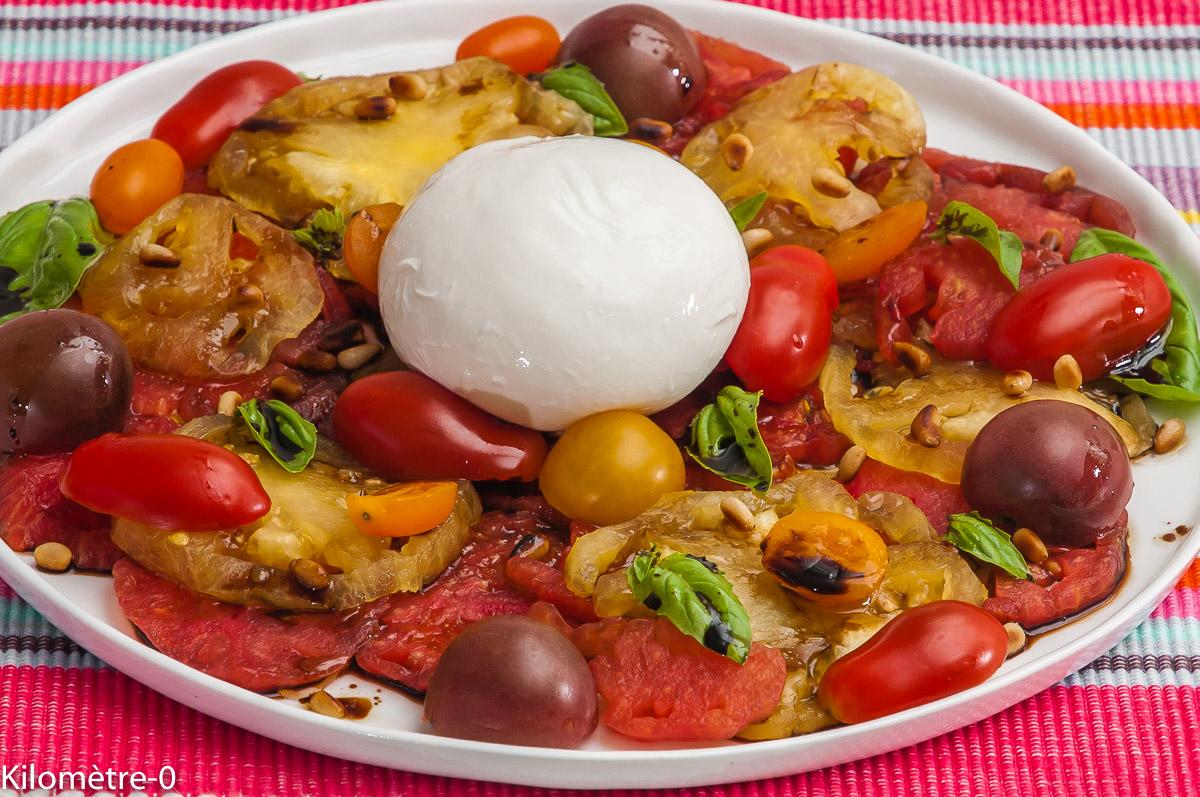 Photo de recette de salade de tomate, anicenne, burrata, basilic, pignon de pin de  Kilomètre-0, blog de cuisine réalisée à partir de produits locaux et issus de circuits courts