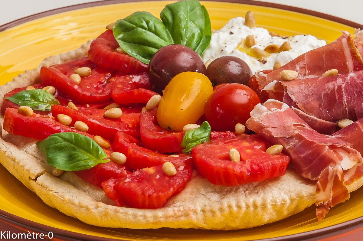 Photo de recette de pizza, été, garniture crue, jambon, tomate, burrata de Kilomètre-0, blog de cuisine réalisée à partir de produits locaux et issus de circuits courts
