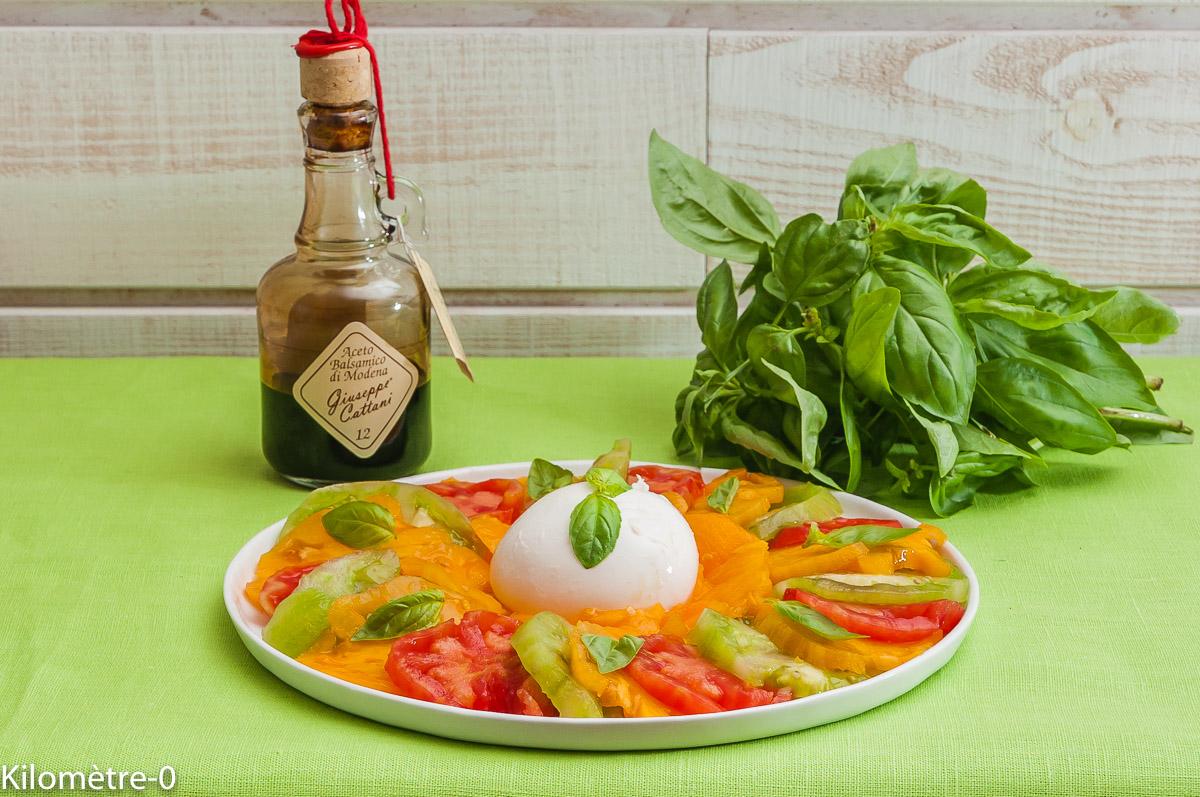 Photo de recette de salade caprèse, tomate, burrata, facile, rapide de Kilomètre-0, blog de cuisine réalisée à partir de produits locaux et issus de circuits courts