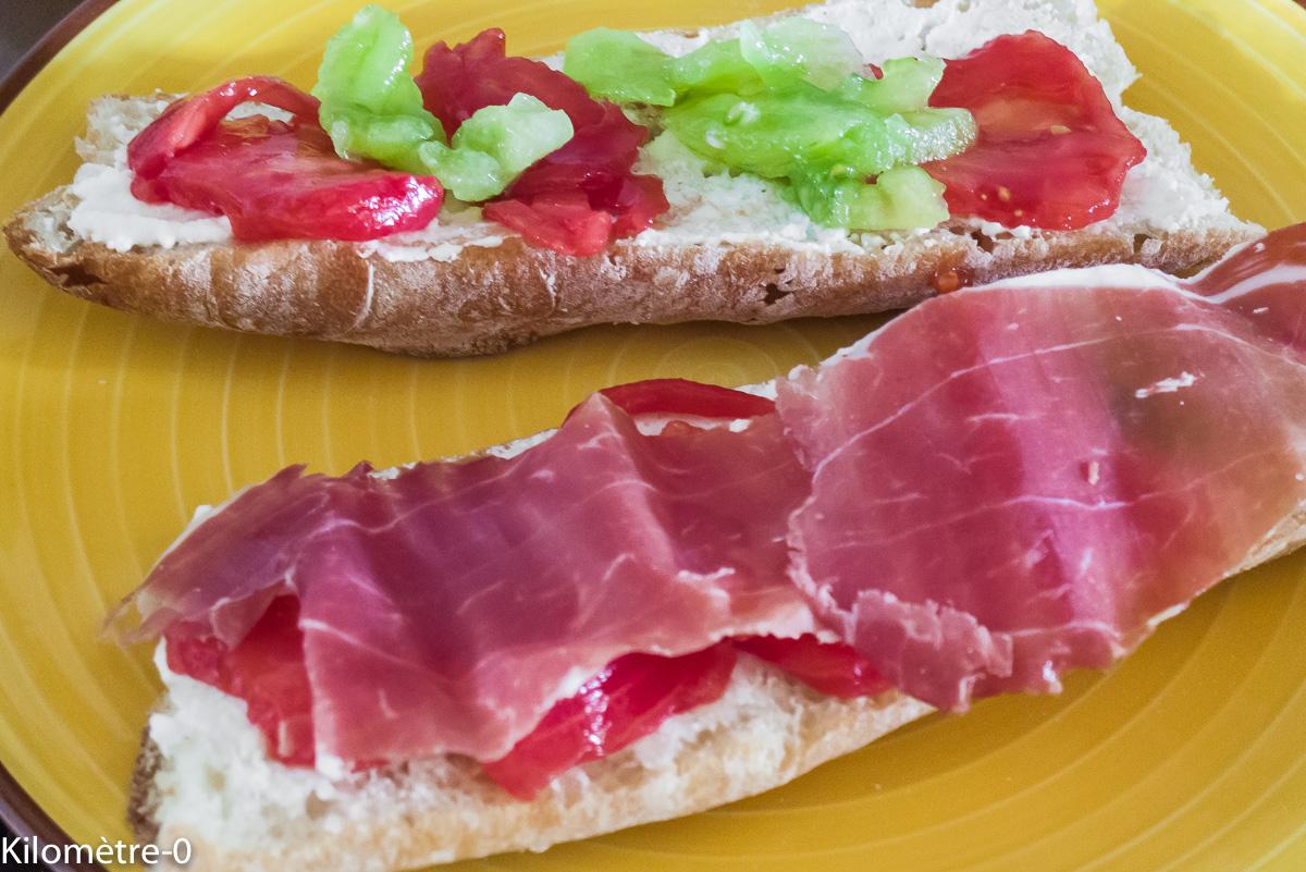 Photo de recette de tartine, jambon, tomate, ricotta de Kilomètre-0, blog de cuisine réalisée à partir de produits locaux et issus de circuits courts