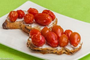 Photo de recette de tartine, tomate, ricotta, facile, rapide, été de  Kilomètre-0, blog de cuisine réalisée à partir de produits locaux et issus de circuits courts