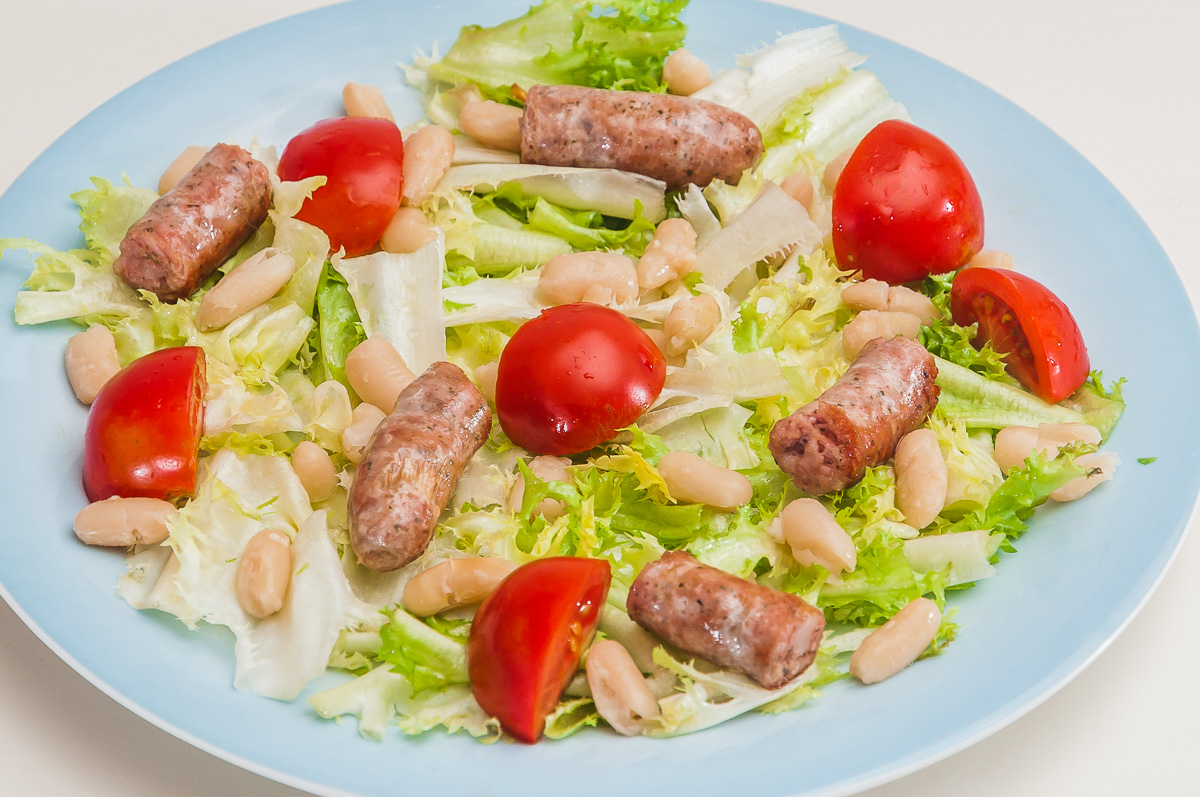 Photo de recette de  salade, haircots blancs, mogettes, tomates, saucisses, facile, cuisine vendéenne de Kilomètre-0, blog de cuisine réalisée à partir de produits locaux et issus de circuits courts