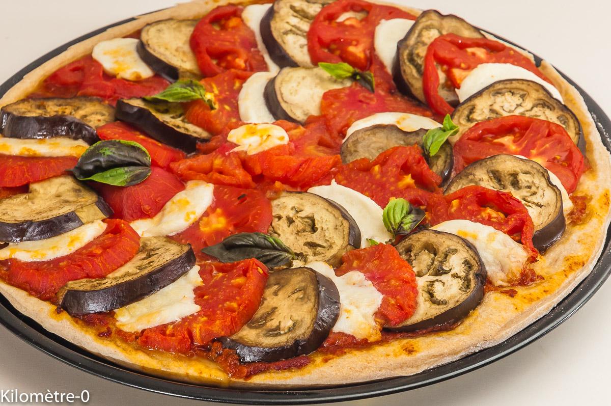 Photo de recette de pizza caprese, facile, maison de Kilomètre-0, blog de cuisine réalisée à partir de produits locaux et issus de circuits courts