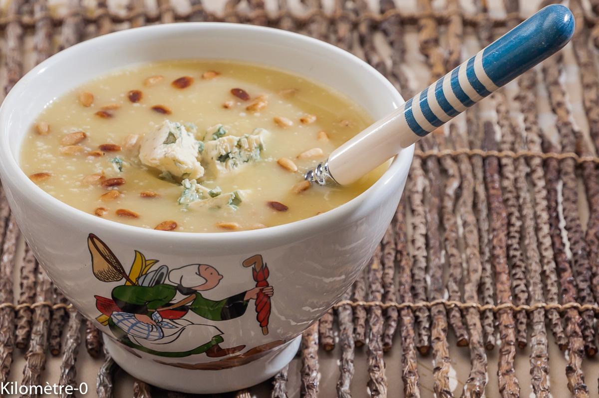 Photo de recette de soupe, velouté, céleri, pignons, bleu, fourme d'Ambert de Kilomètre-0, blog de cuisine réalisée à partir de produits locaux et issus de circuits courts