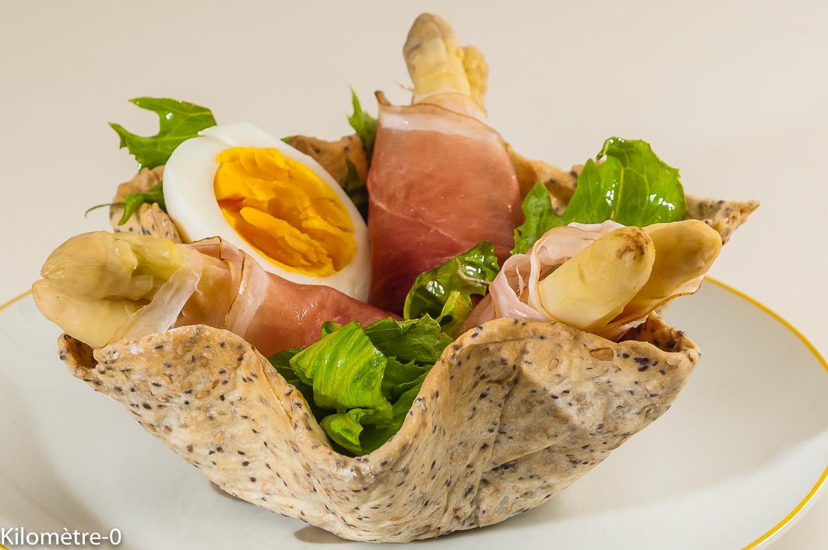 Photo de recette de  corolle, crackers danois, oeuf, asperges, speck, jembon, salade de Kilomètre-0, blog de cuisine réalisée à partir de produits locaux et issus de circuits courts