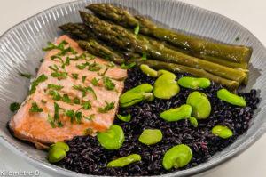 Photo de recette de  salade de saumon, riz noir, asperges vertes, fèves, facile, légère, Kilomètre-0, blog de cuisine réalisée à partir de produits locaux et issus de circuits courts