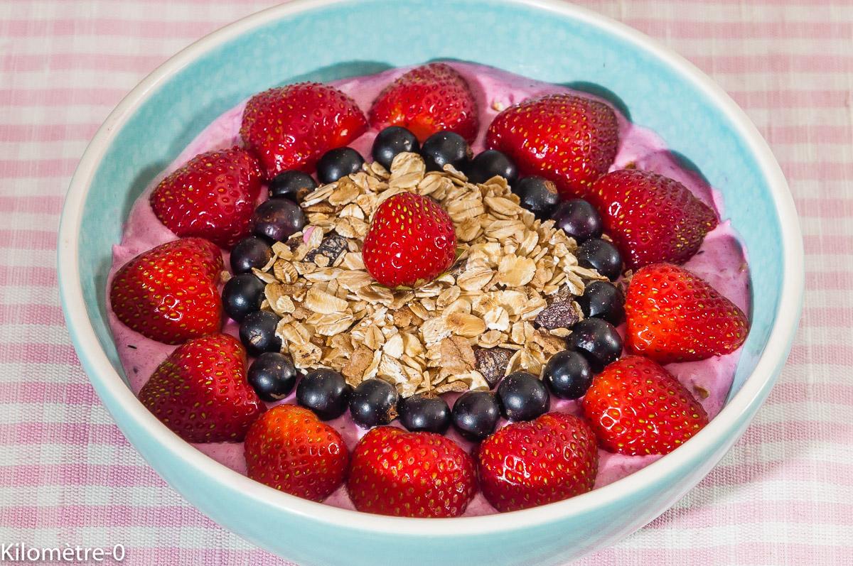 Photo de recette de buddha bowl, fraise, muesli, petit déjeuner, facile, cassi, mousse, yaourt de  Kilomètre-0, blog de cuisine réalisée à partir de produits locaux et issus de circuits courts
