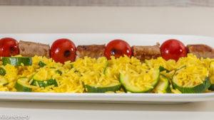 Photo de recette de brochettes, tomates cerises, chipolatas, saucisses, riz, légumes, courgettes, curcuma de  Kilomètre-0, blog de cuisine réalisée à partir de produits locaux et issus de circuits courts