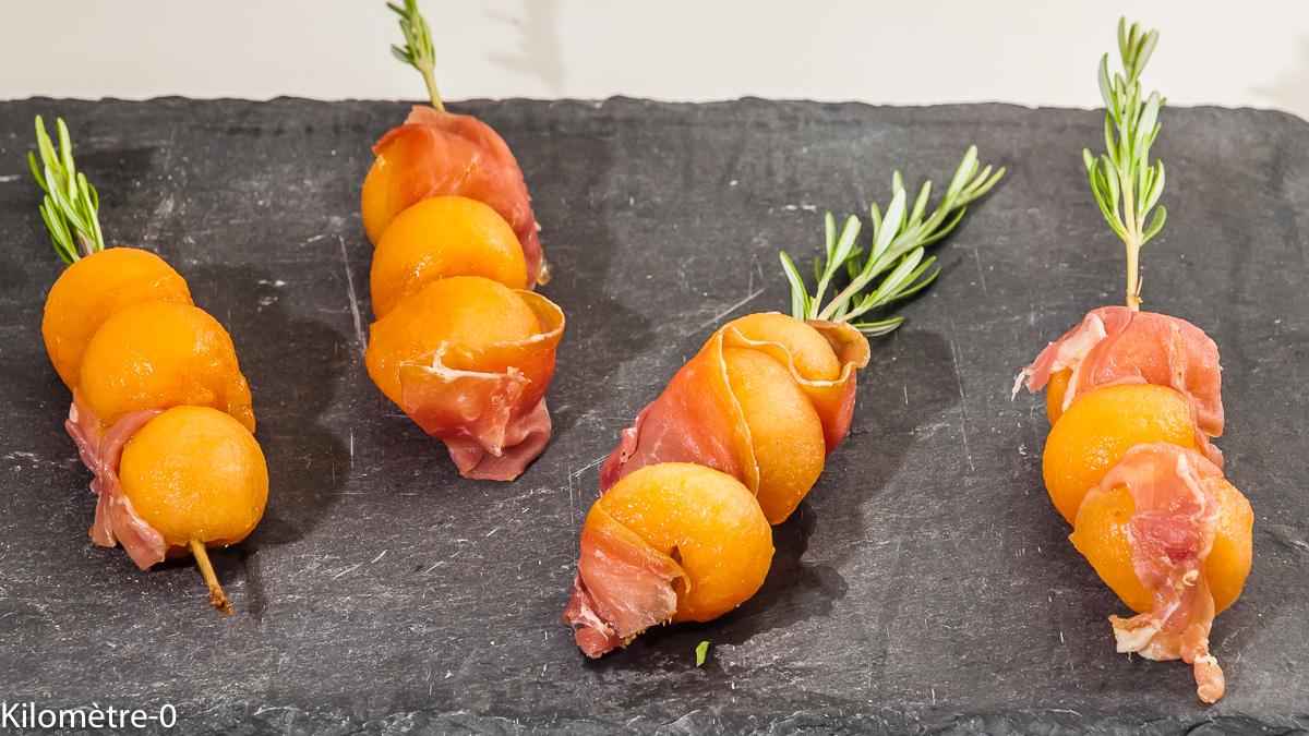Photo de recette de brochettes, melon, romarin, jambon, facile, rapide, apéro de Kilomètre-0, blog de cuisine réalisée à partir de produits locaux et issus de circuits courts