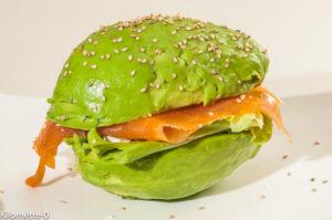 Photo de recette de burger, avocat, saumon fumé, truite fumée, fêta, facile, rapide, original de Kilomètre-0, blog de cuisine réalisée à partir de produits locaux et issus de circuits courts