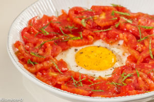 Photo de recette de salade légère aux tomates, oeuf, facile, rapide, léger, été de  Kilomètre-0, blog de cuisine réalisée à partir de produits locaux et issus de circuits courts