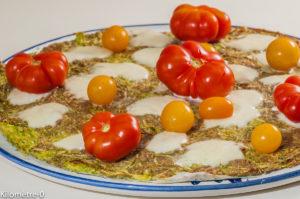 Photo de recette de pizza de courgettes, tomates, mozzarella, végétarienne, healthy, légère, facile de  de Kilomètre-0, blog de cuisine réalisée à partir de produits locaux et issus de circuits courts