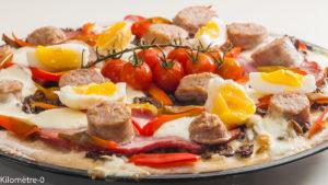 Photo de recette de pizza maison, gourmande, charcuterie, oeufs, mozzarella, facile, cuisine italienne de Kilomètre-0, blog de cuisine réalisée à partir de produits locaux et issus de circuits courts