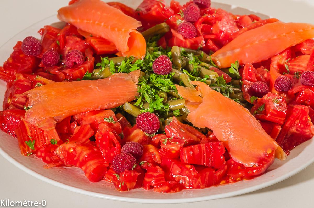 Photo de recette de salade composée, salade, tomates, haricots verts, saumon fumé, truite fumée, framboises, facile, léger, rapide, été , bio de Kilomètre-0, blog de cuisine réalisée à partir de produits locaux et issus de circuits courts