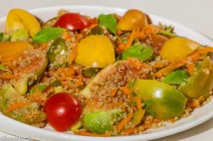 Photo de recette de  salade végétarienne, végétalienne, végan, tomates, quinoa, figues, été, noix, facile, healthy, légère, rapide, bio de Kilomètre-0, blog de cuisine réalisée à partir de produits locaux et issus de circuits courts