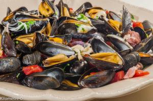 Photo de recette de moules, facile, originale, tomates, scamorza, lardons, fruits de mer, été, automne, mollusques de Kilomètre-0, blog de cuisine réalisée à partir de produits locaux et issus de circuits courts