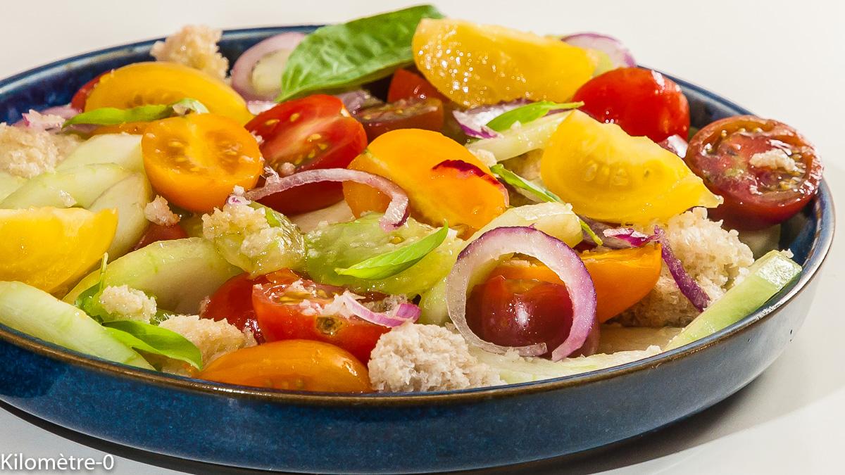 Photo de recette italienne, panzanella, tomates, salade composée, été, concombre, pain, économique, pas cher, rapide, facile, de Kilomètre-0, blog de cuisine réalisée à partir de produits locaux et issus de circuits courts
